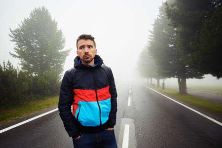 hombre solo: Hombre triste en la niebla en la carretera Foto de archivo