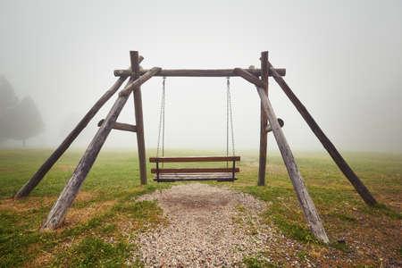 soledad: Soledad - columpio vacío en misteriosa niebla