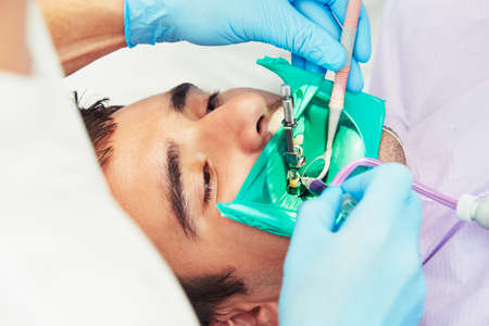 aparatos electricos: Oficina del dentista - hombre joven en la silla del dentista Foto de archivo