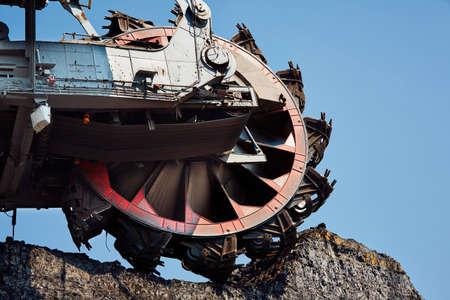 maquinaria pesada: Máquina de explotación minera enorme en la mina de carbón