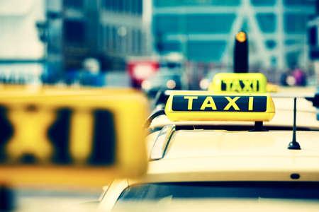 路上のタクシー車の詳細 写真素材
