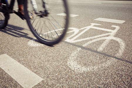 ciclismo: Ciclista en el carril bici - movimiento borroso