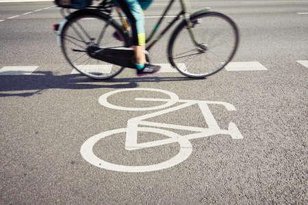 사이클 차선에 자전거 - 흐리게 모션 스톡 콘텐츠