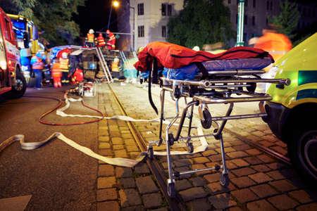 bombero: Accidente en la carretera de la ciudad por la noche.