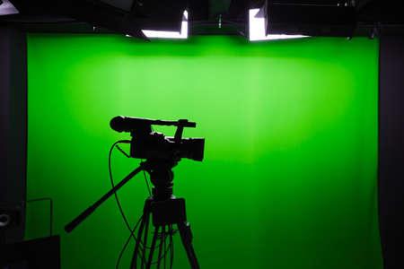 녹색 화면 앞의 디지털 비디오 카메라의 실루엣 스톡 콘텐츠