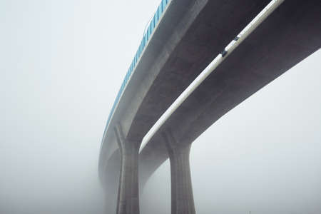 Verhoogde snelweg in mysterie mist, Praag, Tsjechië