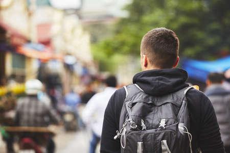 バック パック - ハノイ、ベトナムの若い旅行者