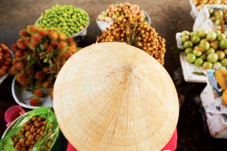 frutas tropicales: Mujer vietnamita venta de frutas en el mercado de la calle - el enfoque selectivo Foto de archivo