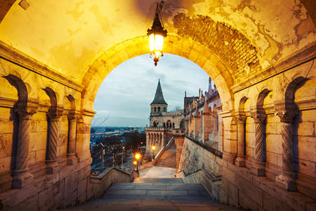 Vissersbastion - dageraad in Boedapest, Hongarije Stockfoto