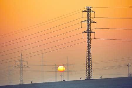 paesaggio industriale: Non sono in esecuzione nel panorama industriale al sorgere del sole
