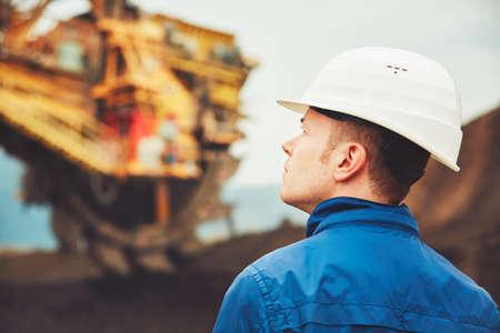 La minería del carbón en una mina a cielo abierto - El trabajador está buscando en la enorme excavadora - industria en la República Checa