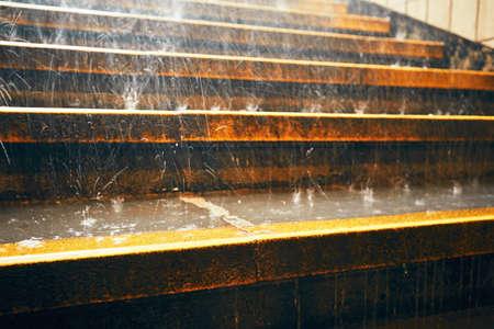 lluvia: Las fuertes lluvias en la ciudad. gotas de lluvia sobre la escalera durante el aguacero.