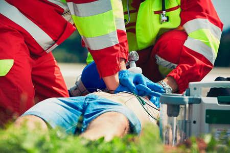 enfermo: Reanimación cardiopulmonar. equipo de rescate (médico y paramédico) resucitar el hombre de la calle. Foto de archivo