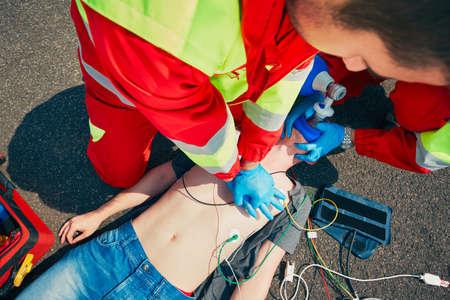 心肺蘇生法。救助チーム (医師と救急救命士) 通りすがりの人をおこしたします。