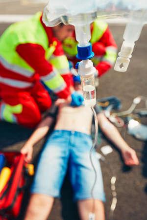 Reanimation. Rettungsteam (Arzt und ein Sanitäter) auf der Straße, den Mann wiederzubeleben. Standard-Bild - 60418015