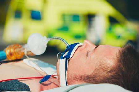 Paramédico que se prepara al paciente después de la reanimación para el transporte al hospital.