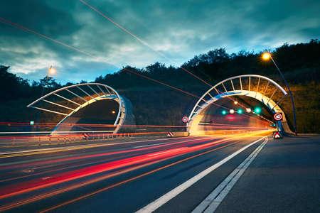 交通在夜間。公路隧道的汽車和卡車的燈光。布拉格,捷克共和國 版權商用圖片