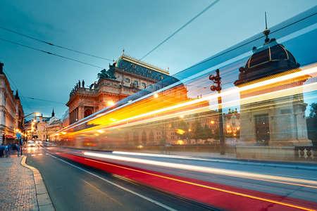 L'edificio storico del Teatro Nazionale di Praga e il traffico sulla strada trafficata del centro. Archivio Fotografico