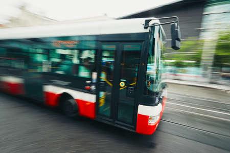 도시의 일상 생활. 거리에서 대중 교통 버스 - 흐리게 모션