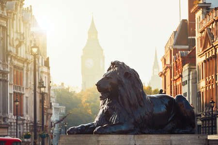 calle de Londres en la salida del sol. Vista desde Trafalgar Square hasta el Big Ben en la salida del sol.