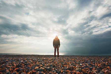 Silhouette de l'homme seul et pensif sur la plage