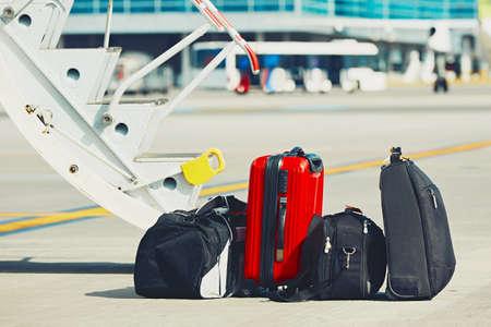 bagages Voyage sont prêts pour le chargement de l'avion à l'aéroport.