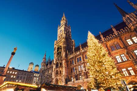 ミュンヘン、ドイツのクリスマス マーケットとマリエン広場 写真素材