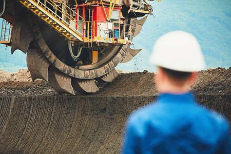Wydobycie węgla w otwartej kopalni. Miner patrz? C na ogromne koparki. Przemysł w Republice Czeskiej, w Europie Zdjęcie Seryjne