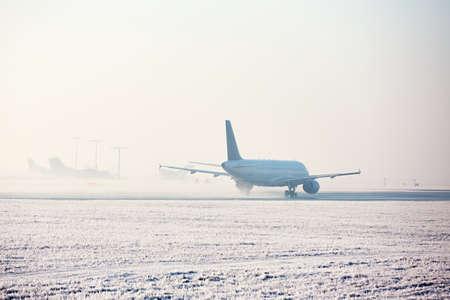 冬の空港。飛行機は、冷ややかな日で休みです。