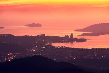 海岸線と島々 のシルエット。すばらしい夕日の中にあるコタキナバル。