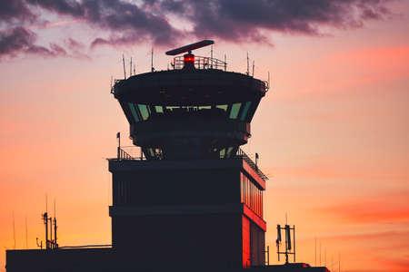 Torre de control de tráfico aéreo en el aeropuerto durante la puesta del sol increíble. Praga, República Checa Foto de archivo - 79421637