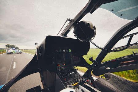 緊急医療サービスのヘリコプターからの眺め。救急隊と警察チームは、悪天候で交通その事故に応答しています。チェコ共和国