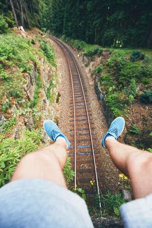 철도 위에 앉아 남자 깊은 포리스트의 중간에 추적합니다. Ore Mountains, 체코 스톡 콘텐츠