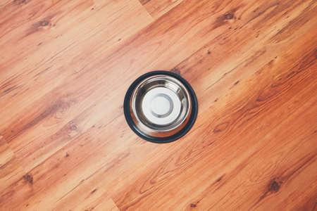 나무 라미네이트 바닥에 강아지 그릇 먹이 준비가되었습니다