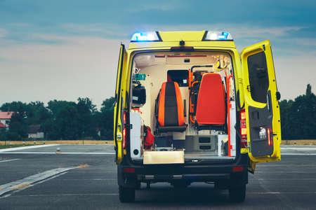 밤에 응급 의료 서비스의 구급차 자동차.