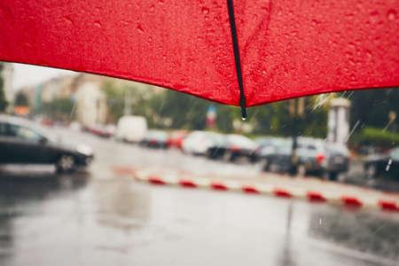 市では、悲観的な日。大雨で交通します。傘に選択と集中。