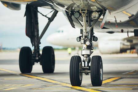 飛行機のシャーシ。飛行機が滑走路からゲートまでタキシングします。