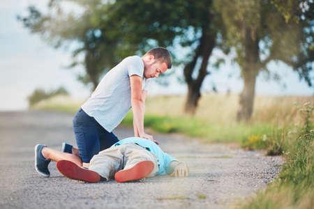 田舎道で劇的な蘇生。テーマ救助、ヘルプと希望。