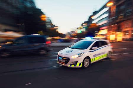 프라하, 체코 - 2017 년 6 월 27 일 : 프라하시의시 경찰 순찰 (흐린 동작)은 2017 년 6 월 27 일 긴급 전화에 응답합니다. 스톡 콘텐츠 - 83580247