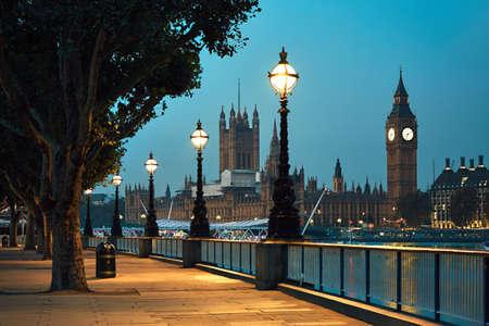 ビッグ ベンと夜 - ロンドン、イギリスの議会の家