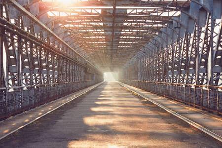 긴 다리 일출입니다. 철 다리의로에 그림자입니다. 테마 아키텍처, 연결 및 운송.