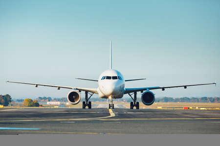 空港のトラフィック。飛行機が滑走路へタキシングします。