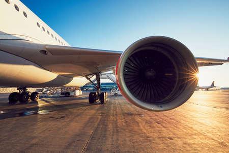 空港の素晴らしい夕日。フライト前に大型旅客機。 写真素材 - 88940616