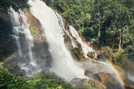 タイ、チェンマイの近くの熱帯雨林で虹の素晴らしい滝