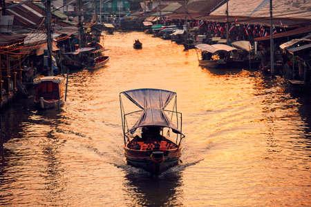 Viejo mercado flotante tradicional Amphawa en la provincia de Ratchaburi cerca de Bangkok, Tailandia. Foto de archivo - 91327488