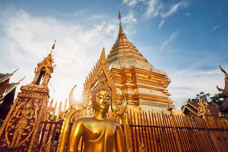Boeddhistische Wat Phra That Doi Suthep-tempel bij de zonsondergang. Toeristen favoriet oriëntatiepunt in Chiang Mai, Thailand. Stockfoto - 91308688