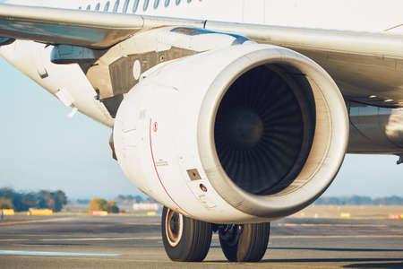 空港でのトラフィック。滑走路上の航空機のエンジン。 写真素材