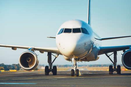 Verkehr am Flughafen. Flugzeug rollt zur Startbahn. Standard-Bild