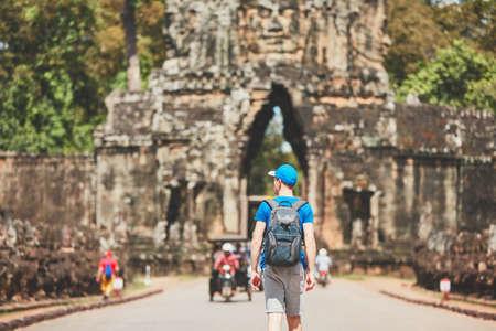 古代都市の旅行者。バックパックを持つ若い男は、古代のモニュメントに来る。シェムリアップ, カンボジア 写真素材