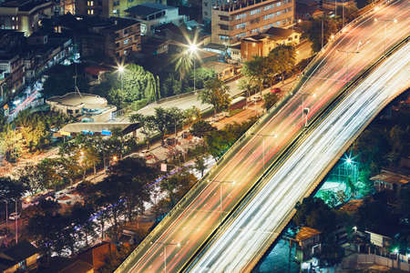 Bangkok at the night. Traffic on the elevated highway in residential district. Standard-Bild